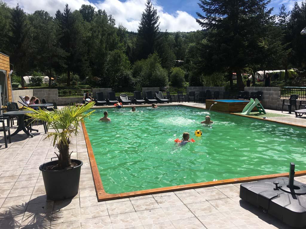 Het buitenzwembad is net nieuw. Je kunt ook gebruik maken van het nieuwe binnenzwembad (tegen betaling).