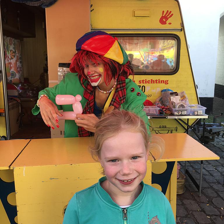 Ballonkunst tijdens het chocoladefestival in Hattem met kinderen
