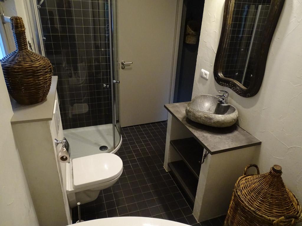 De badkamer heeft een ruim hoekbad, aparte douche en toilet.