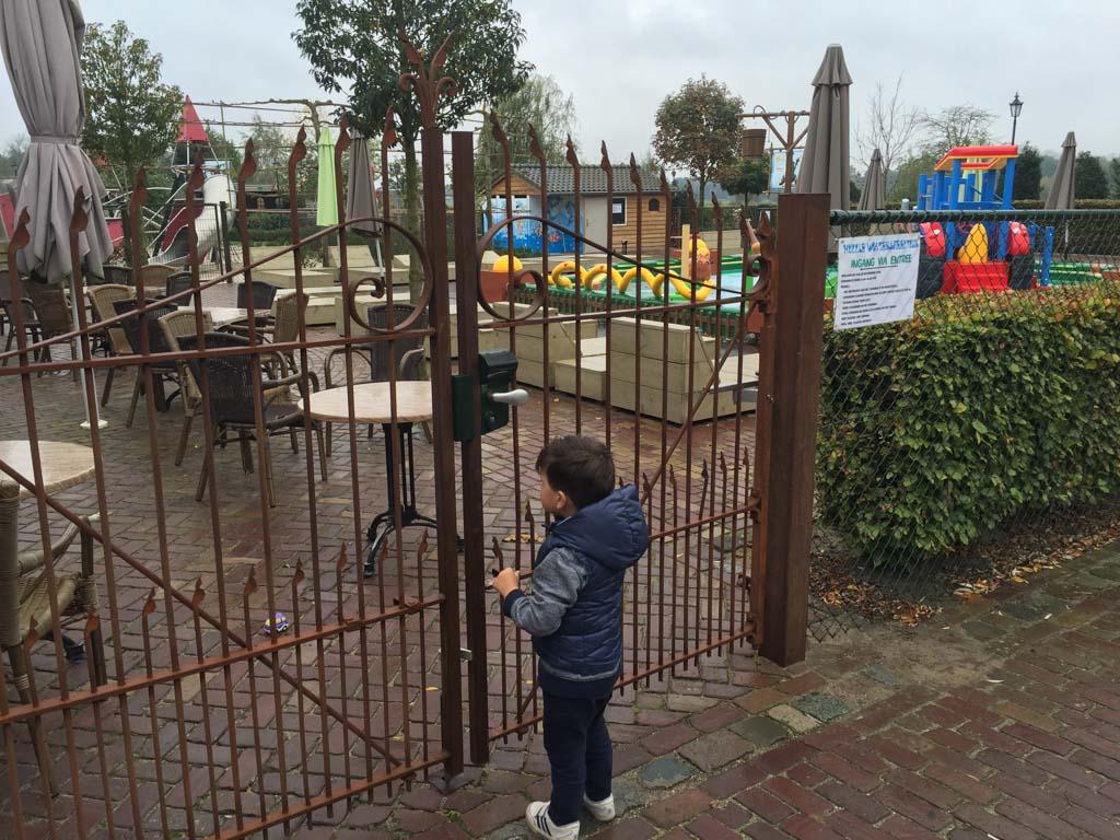 Hullie speelboerderij ligt vlak naast vakantiepark De Pier en biedt binnen én buitenactiviteiten.