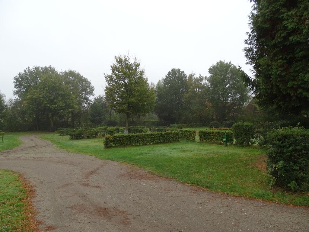In het midden van het park zijn ruime kampeerplaatsen.