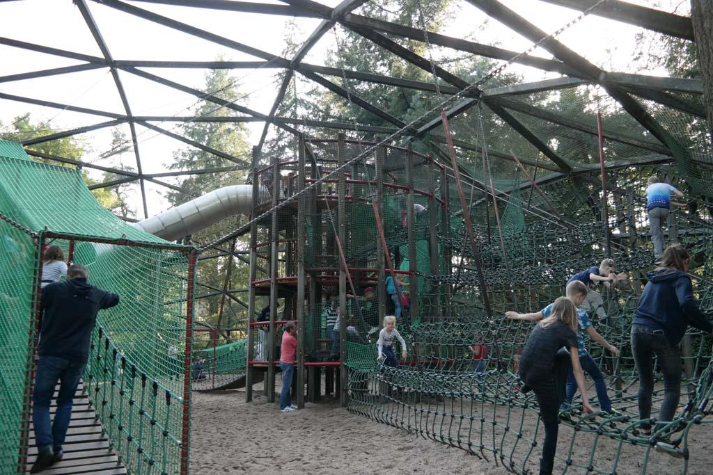 Supertoffe speeltuin met klimnetten en glijbanen.