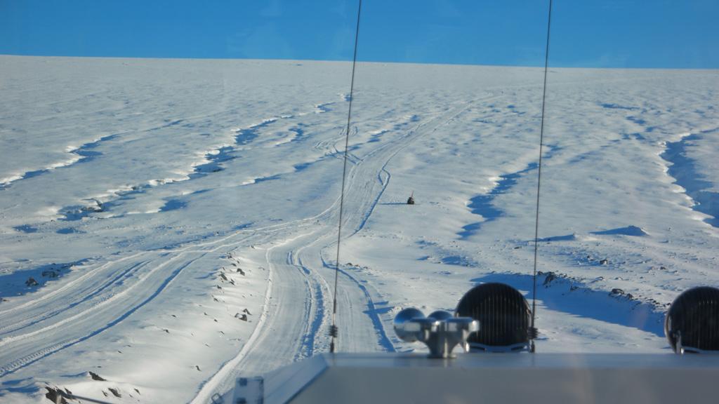 Rijdend over sneeuw en de gletsjer daaronder.