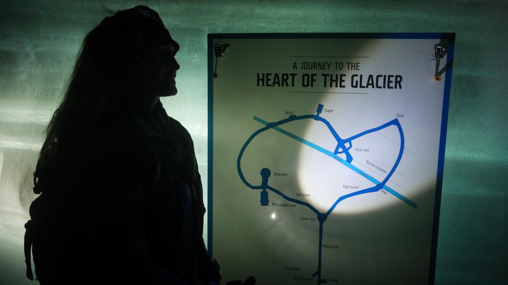 De tunnel door de gletsjer is hartvormig.