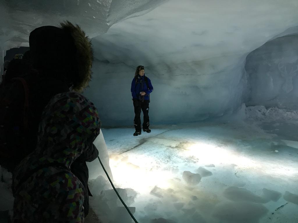 Een meertje in de gletsjer met condens water.