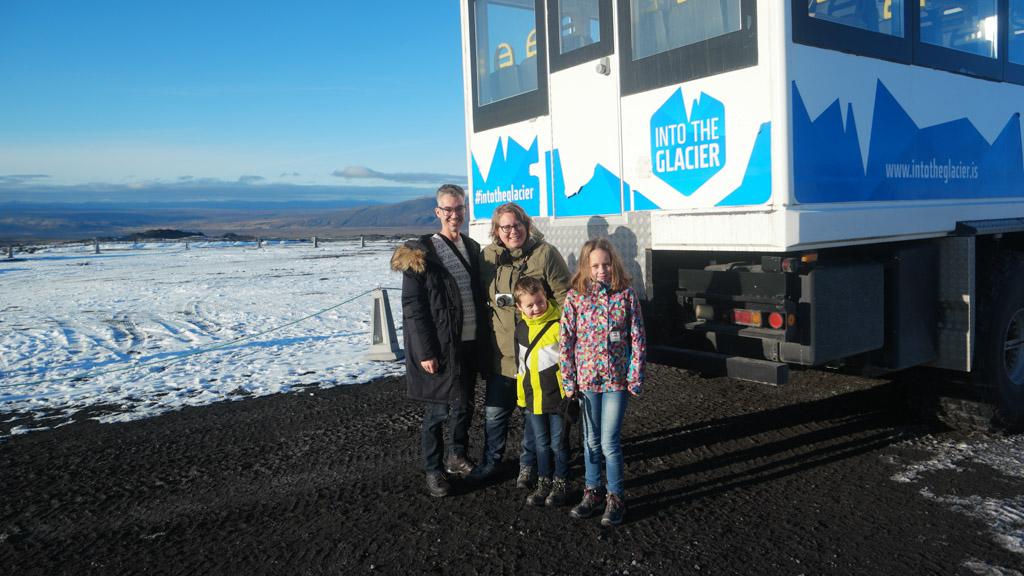 Natuurlijk maken we een gezinsfoto bij die grote bus.