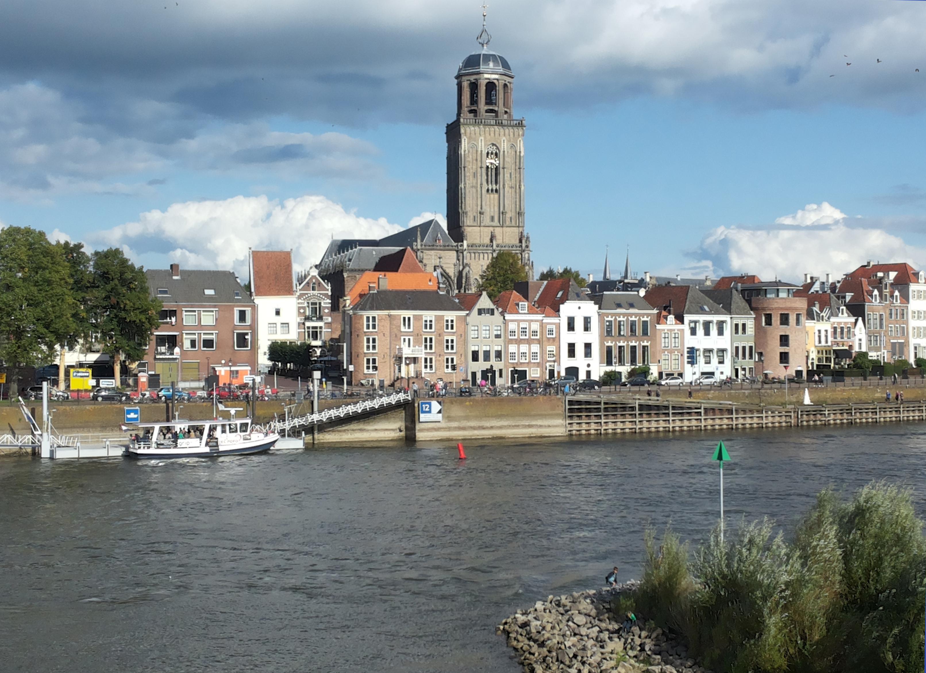 Uitzicht op Deventer en links het pontje