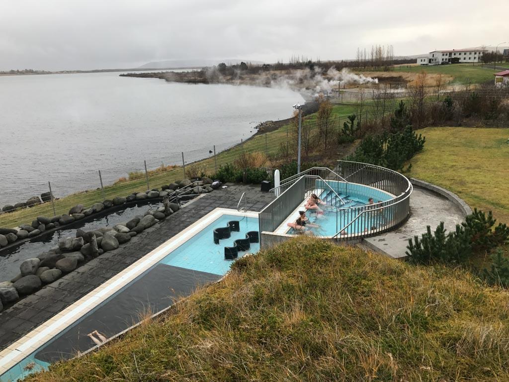 Laugatvatn Fontana Spa ligt direct aan het meer.