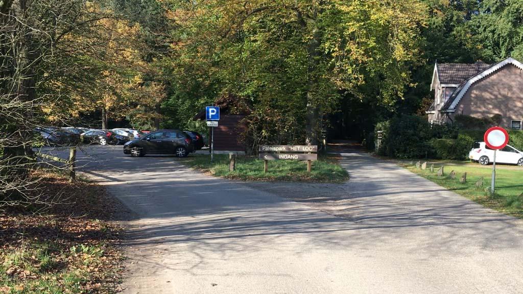 We nemen een ingang op 200 meter van de hoofdingang van Paleis het Loo. Zo sta je direct in het bos.