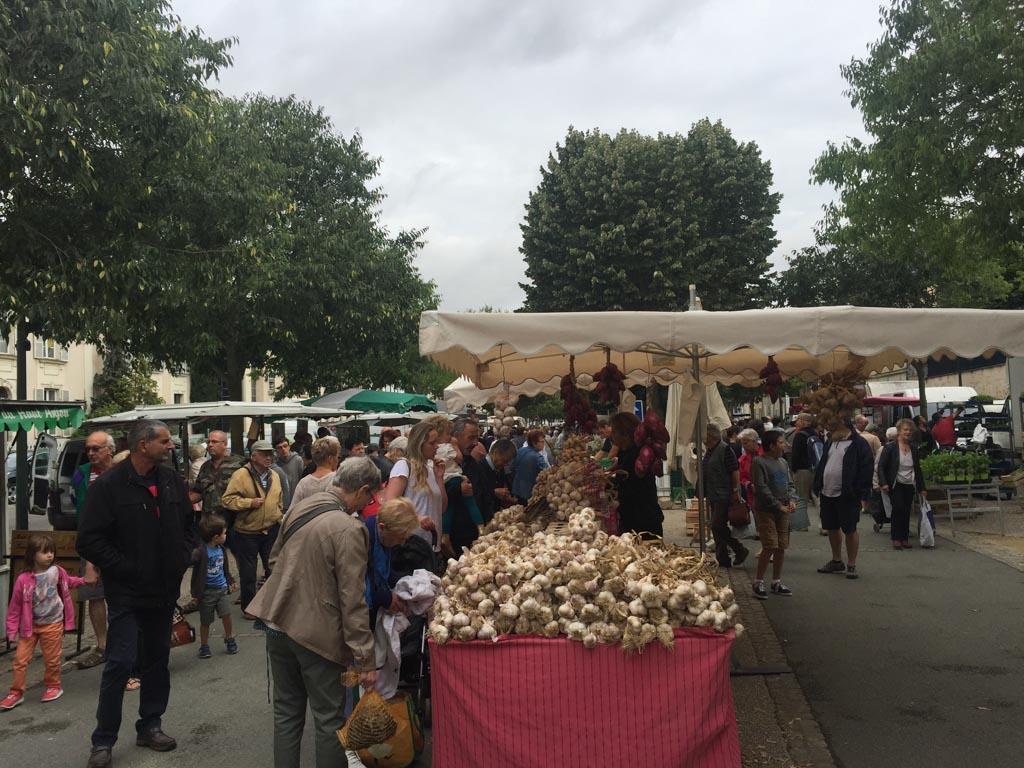 Mayenne heeft genoeg lokale marktjes waar echt van alles te koop is.