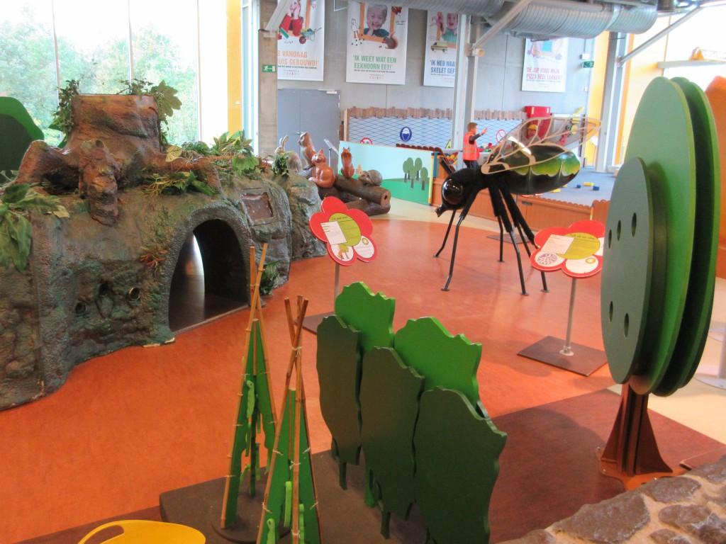 De jongste bezoekers kunnen spelend leren in de natuurhoek