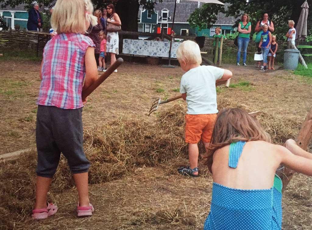 De boer helpen in het Openluchtmuseum