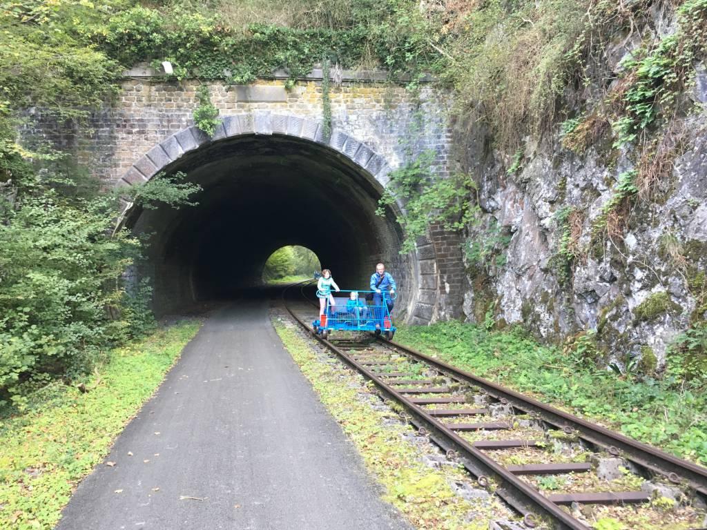Onderweg kom je enkele tunneltjes tegen
