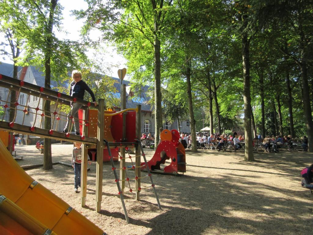Spelen in de speeltuin naast de Abdij van Maredsous