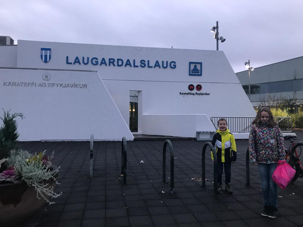 We gaan zwemmen bij Laugardalslaug.