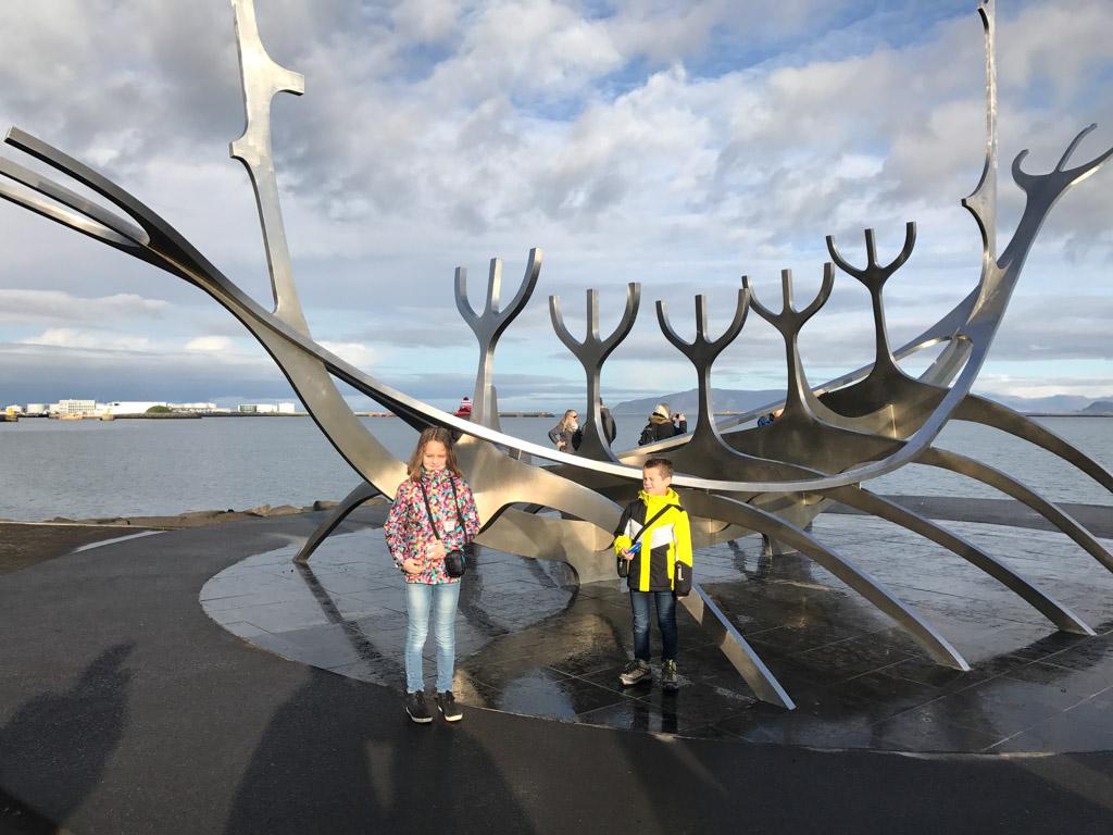 Langs de kust staan meerdere sculpturen, waaronder dit Vikingschip.