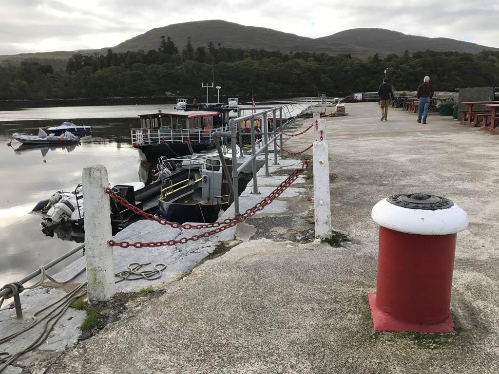De boot van Seafari ligt aan de pier van Kenmare.