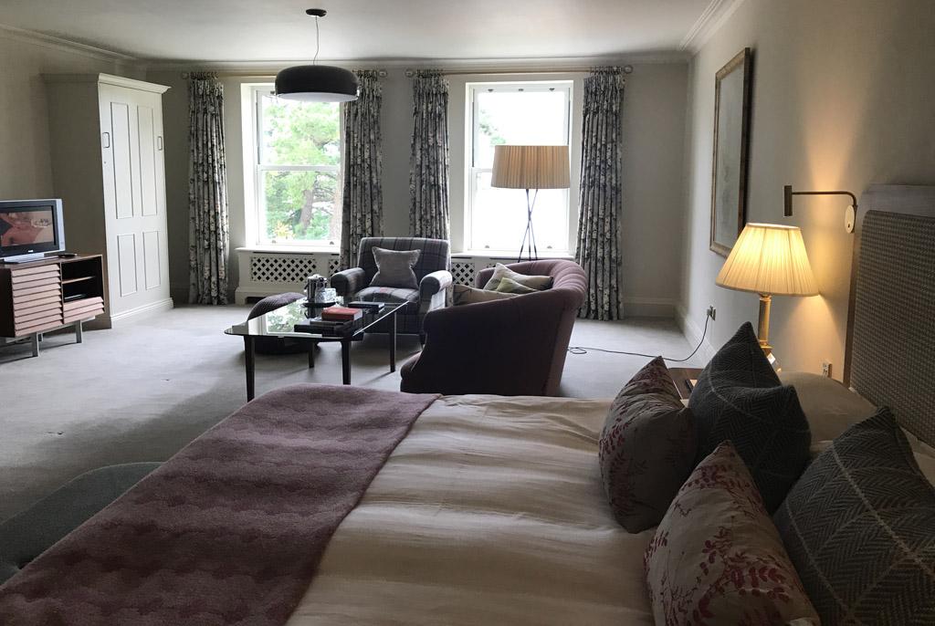 Een van de familiekamers in het hotel, met in de kast links uitklapbare bedden voor kinderen.
