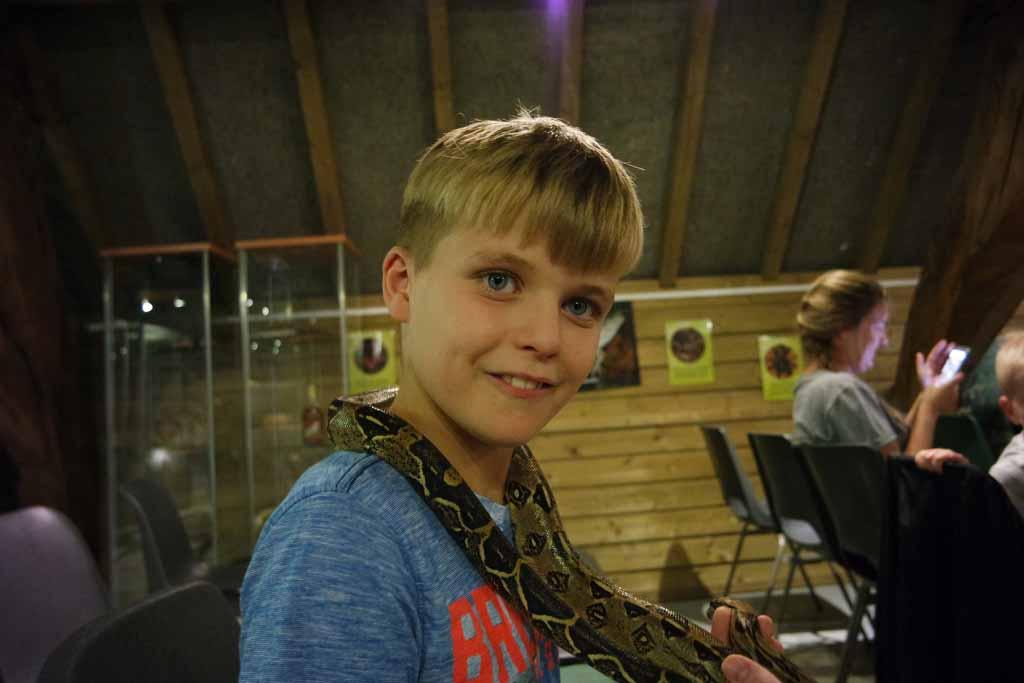 Stoer ben ik met een slang om mijn nek.