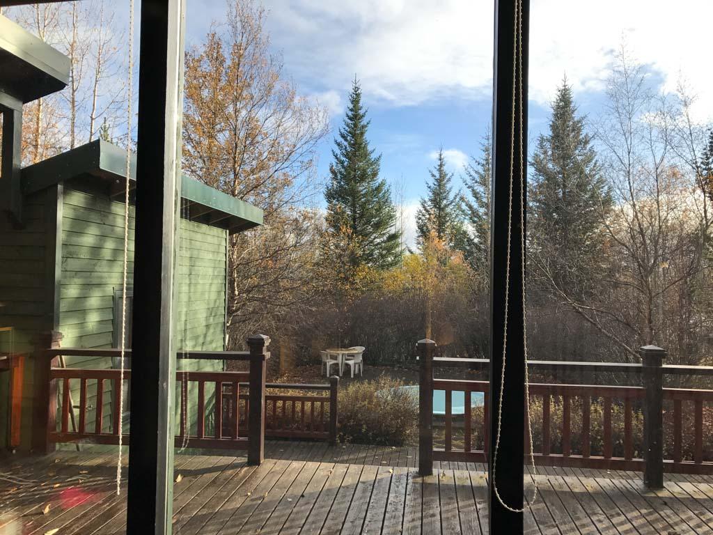 Uitzicht vanuit het huisje met op het onderste terras de hottub.