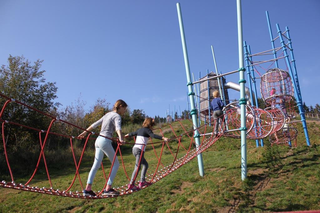 Kinderen klimmen en spelen.