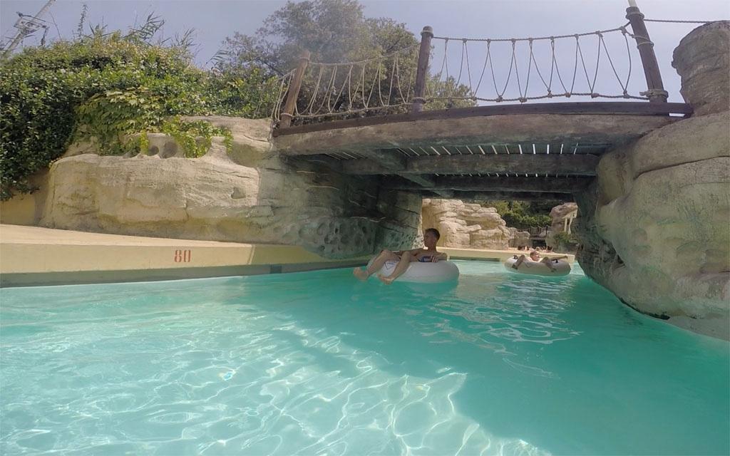 Onder het bruggetje door op de lazy river.
