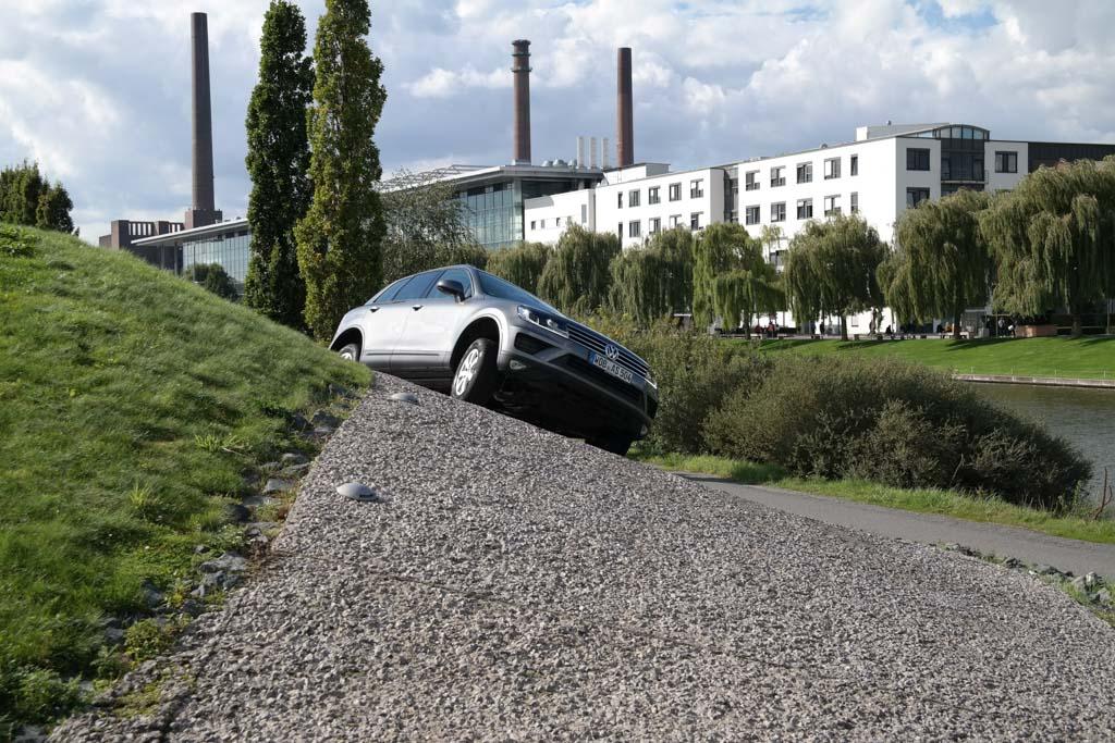 Offroad rijden met een VW Touareg bij Autostadt.