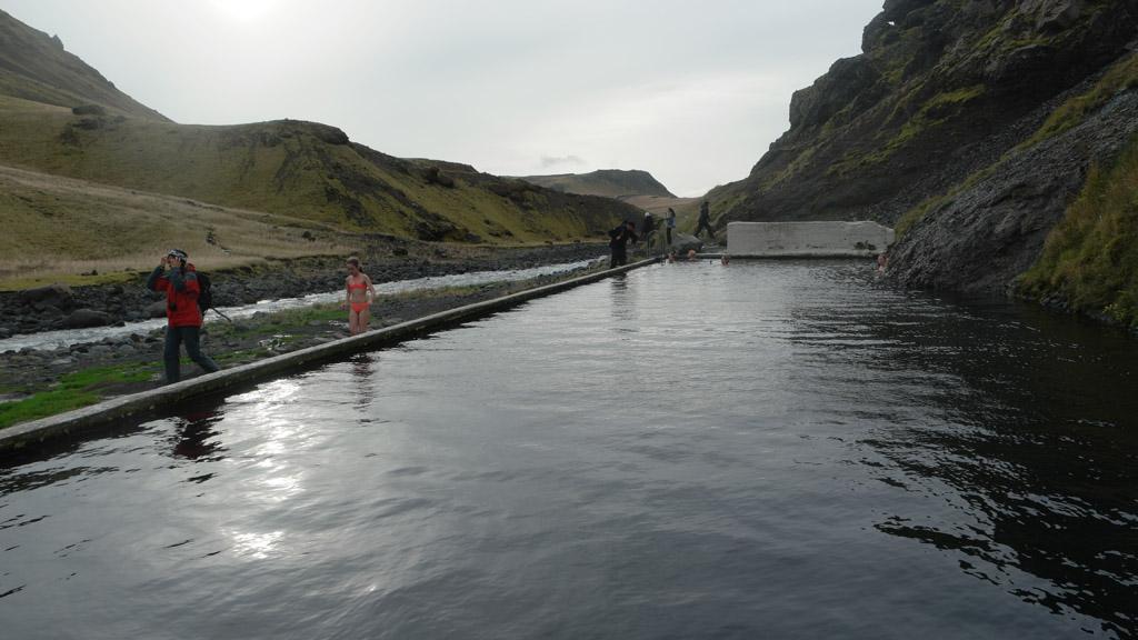 Seljavallalaug ligt aan een riviertje. Echt midden in de natuur.