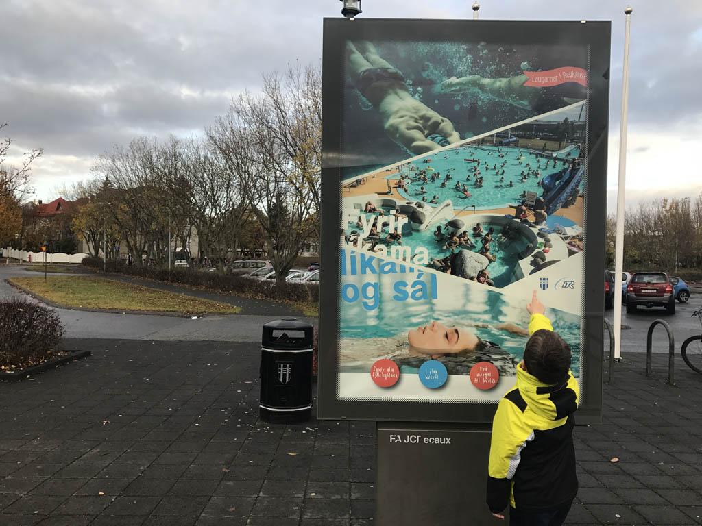 Deze reclameposter geeft een indruk van het zwembad.