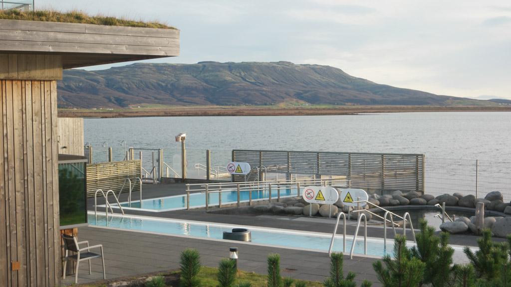 Laugarvatn Fontana Spa ligt erg mooi aan het meer.