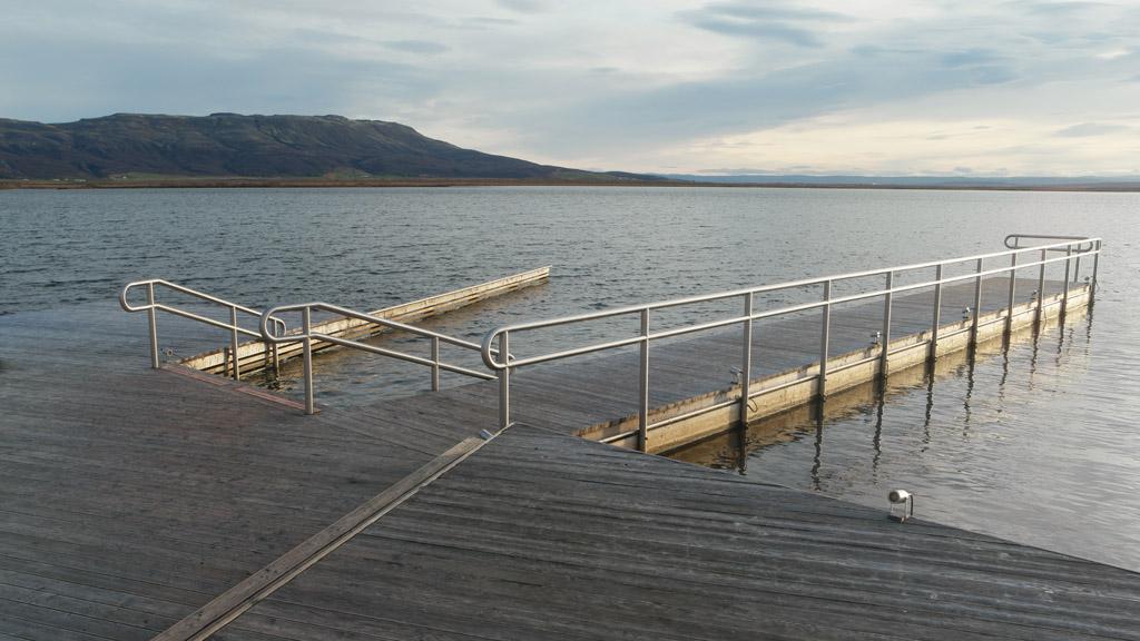 Met een trapje het koude water in.