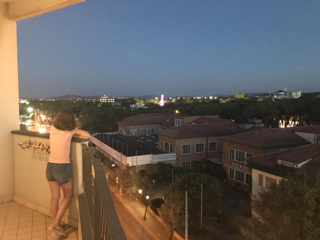Vanaf het balkon van onze kamer zien we in de verte de dagelijkse kermis.