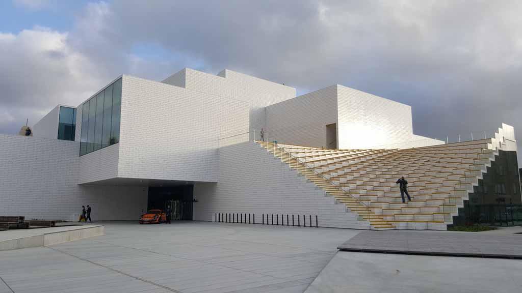 Een groot wit gebouw in Billund. Welkom bij LEGO House. LEGO-House-Home-of-the-Brick