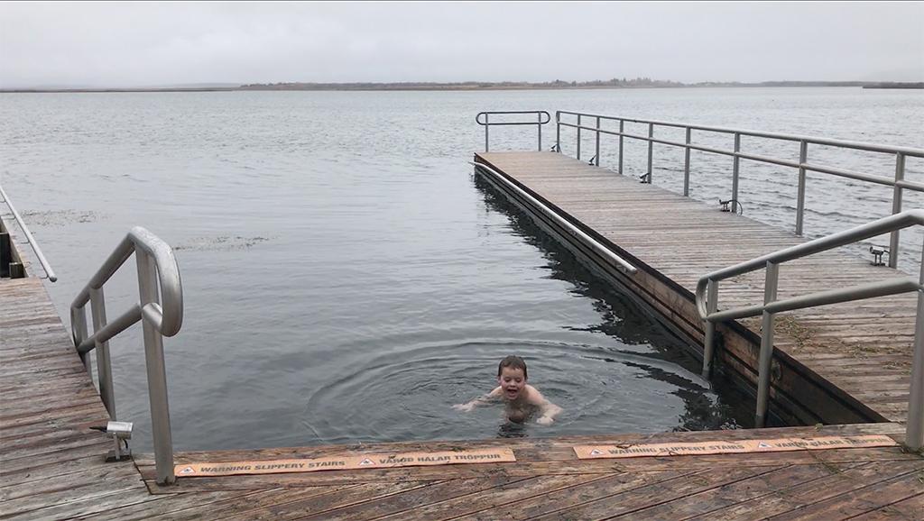 Onze klein held gaat het koude water in.