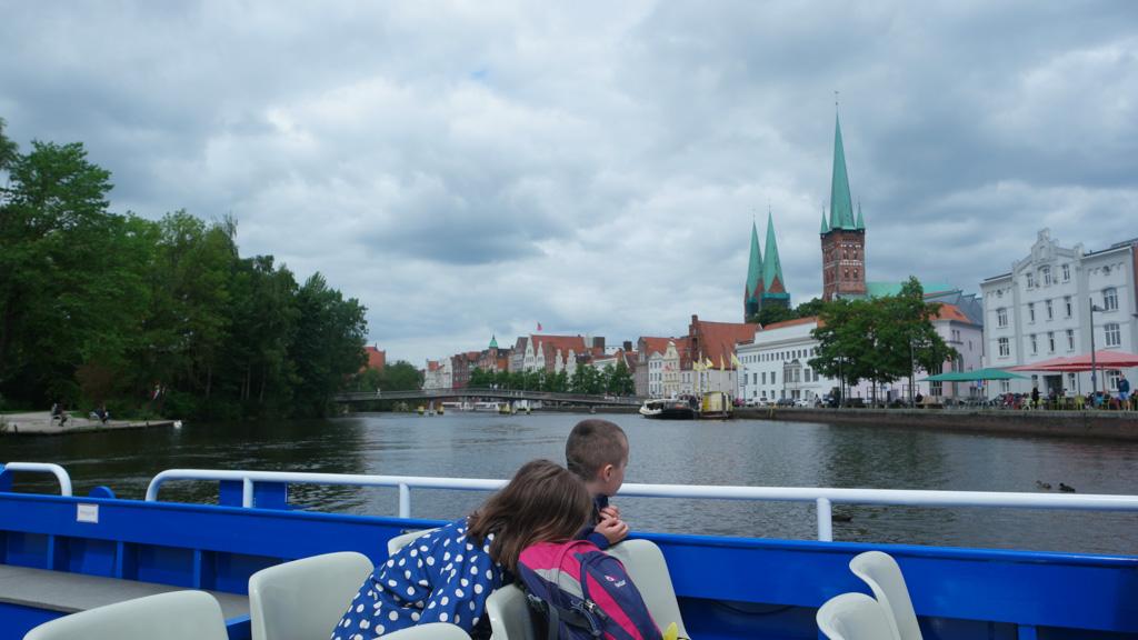 Ook vanaf het water zijn de torens van Lubeck goed te zien.