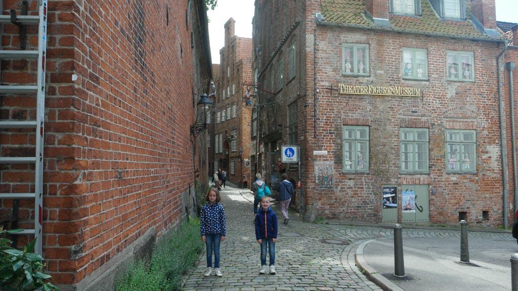 Het Marionettenmuseum is gevestigd in een van de mooie oude gebouwen.