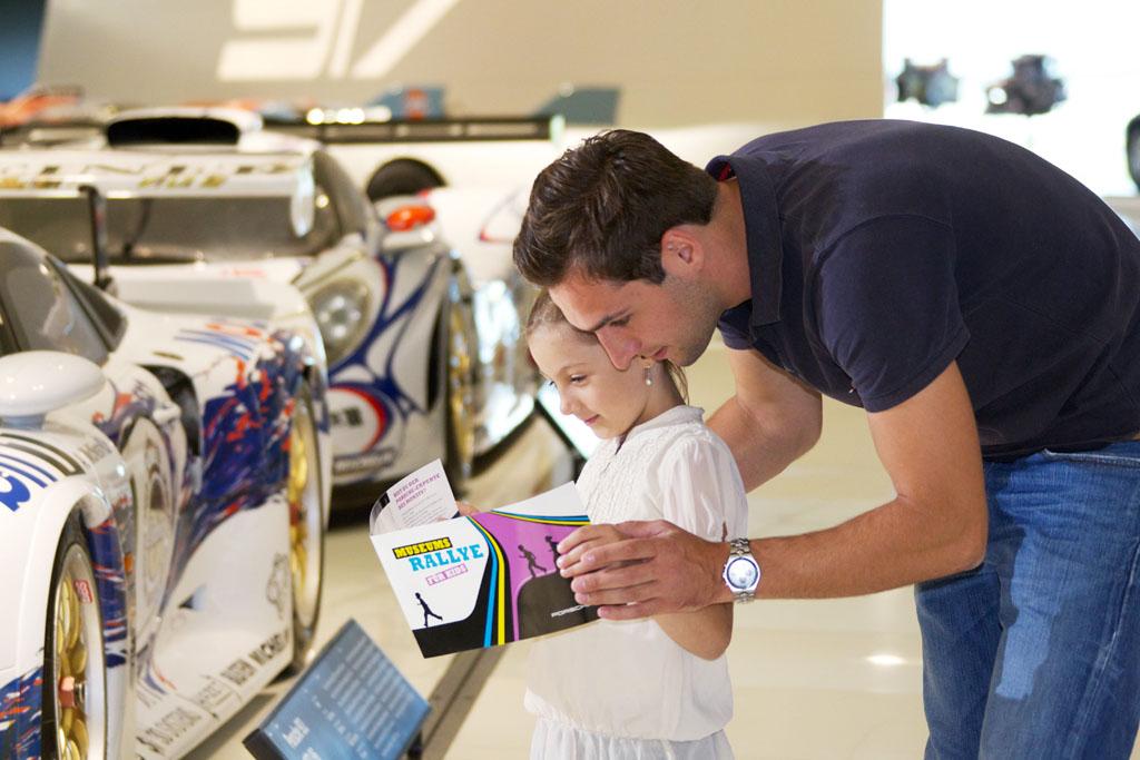 Bezoek aan het Porsche Museum met kinderen (© Porsche Museum).