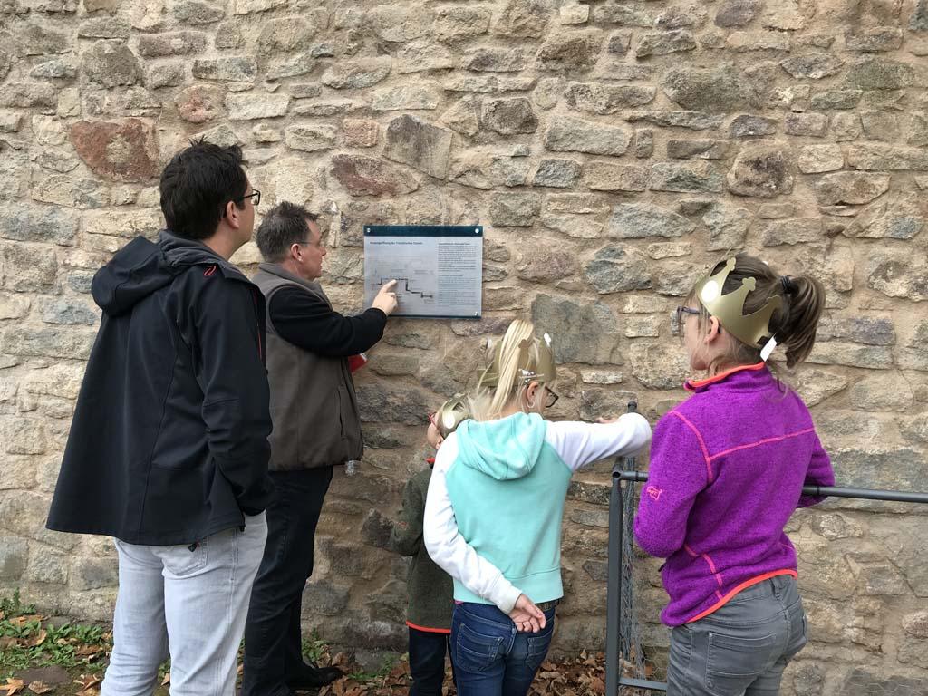 Aan de muur hangt een tekening van hoe de gang precies door Schloss Colditz liep