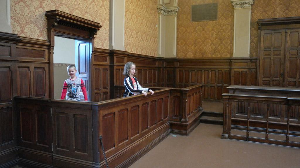 In het gebouw is ook een oude rechtszaal.