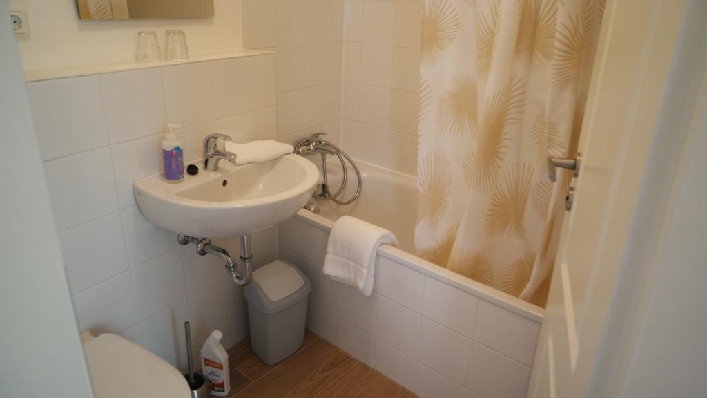 De badkamer is klein en compleet.