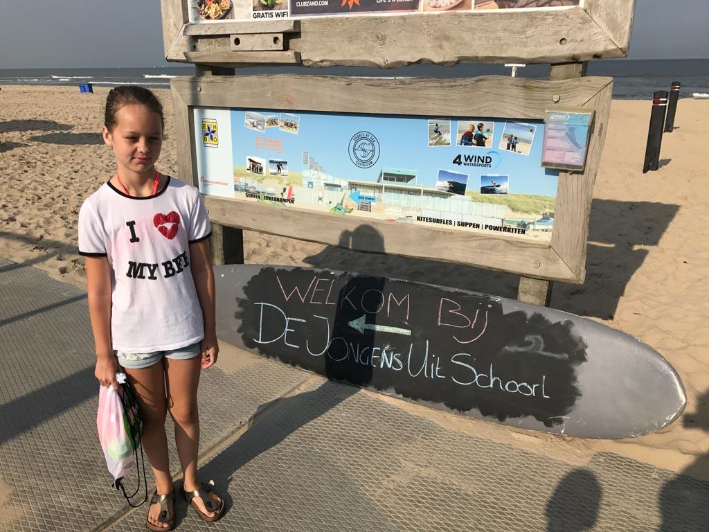 Het bord dat ons naar het Strand- en Surfkamp van De Jongens uit Schoorl wijst.