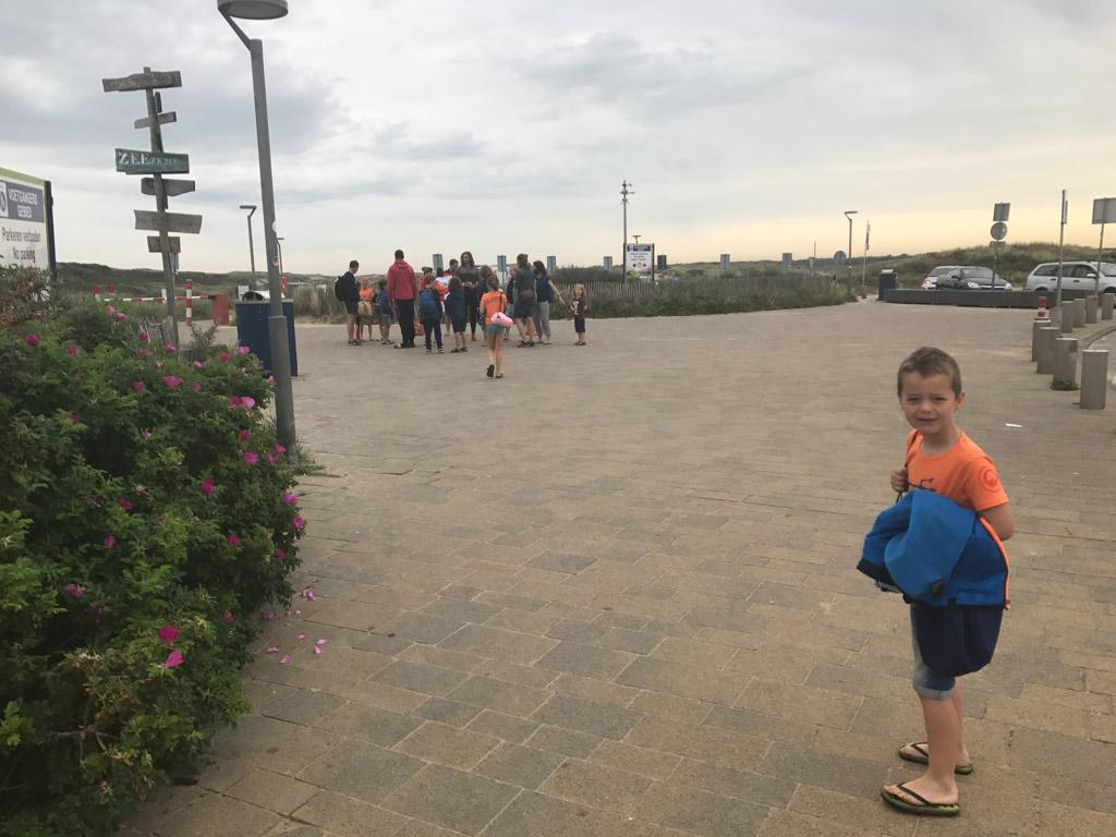 De kinderen worden opgehaald bij de parkeerplaats.