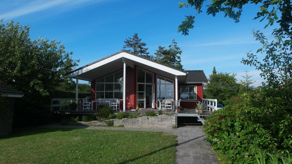 Love it: rood met witte Scandinavische huizen.