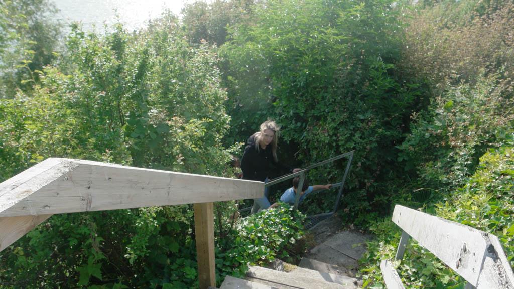 Kleine kinderen hebben begeleiding nodig bij de trap.