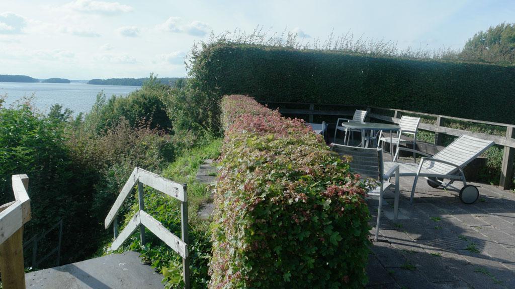 Naast het terras met de ligbedden is de trap naar beneden.