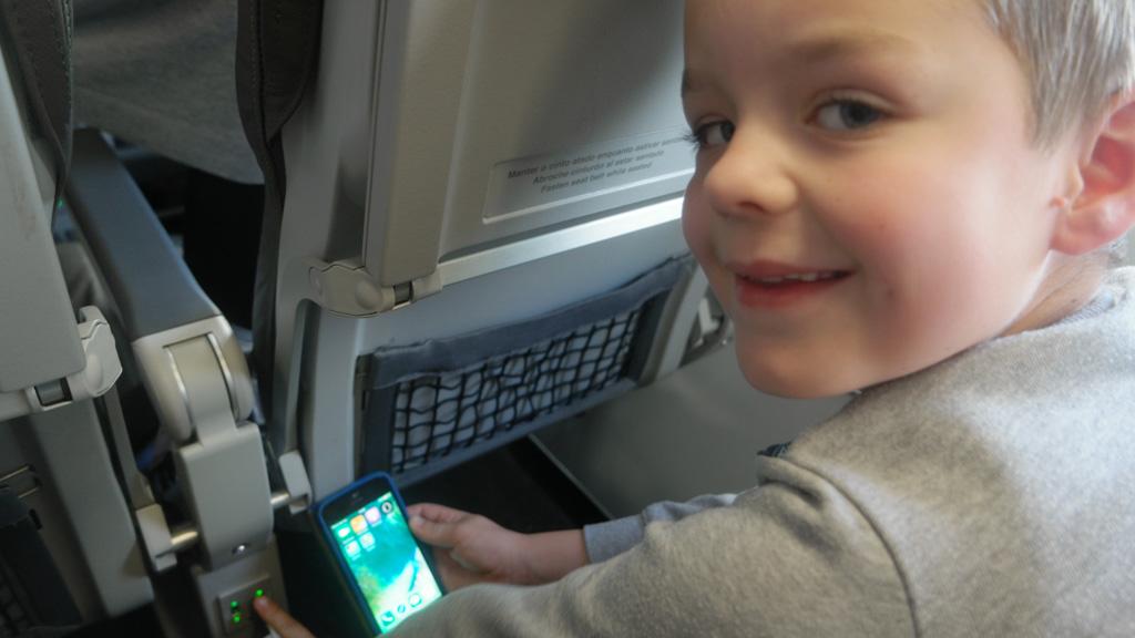 Camiel is blij dat hij zijn telefoon onderweg kan opladen.