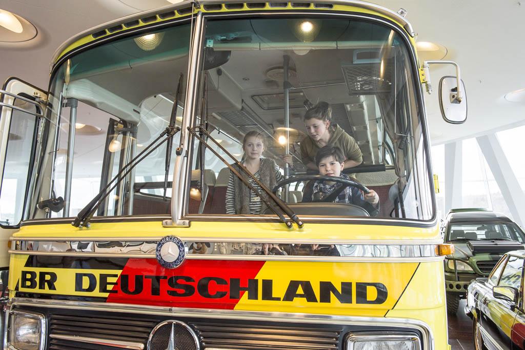 De WK bus van Mercedes (© Daimler AG).