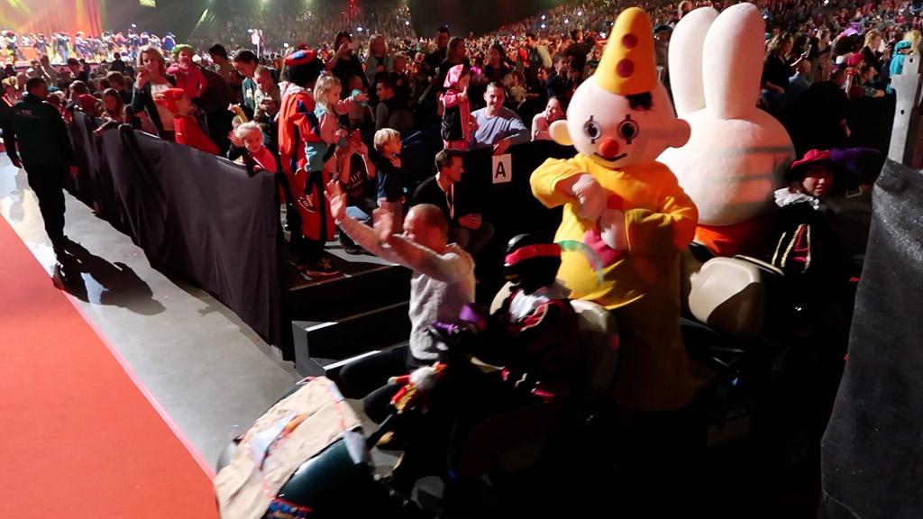 Leuk! Alle artiesten komen langs in een parade tijdens het Zapp Sinterklaasfeest.
