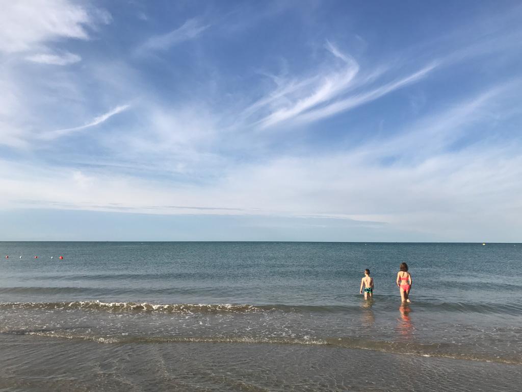 Het strand en de Adriatische zee.