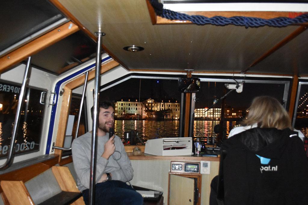 Onze gids en het scheepvaartmuseum op de achtergrond